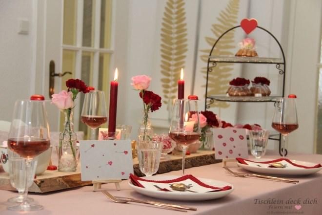 Tischdeko für den Valentinstag in rosa und rot