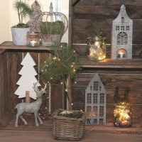 Zauberhafte Weihnachtsstimmung auf dem Balkon mit Lichterketten