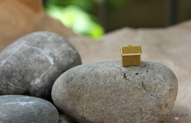 Kieselsteine mit Monopolyhaus