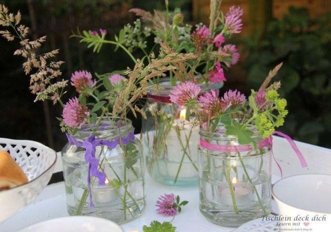 Windlichter mit Wiesenblumen bringen Stimmung in den Garten