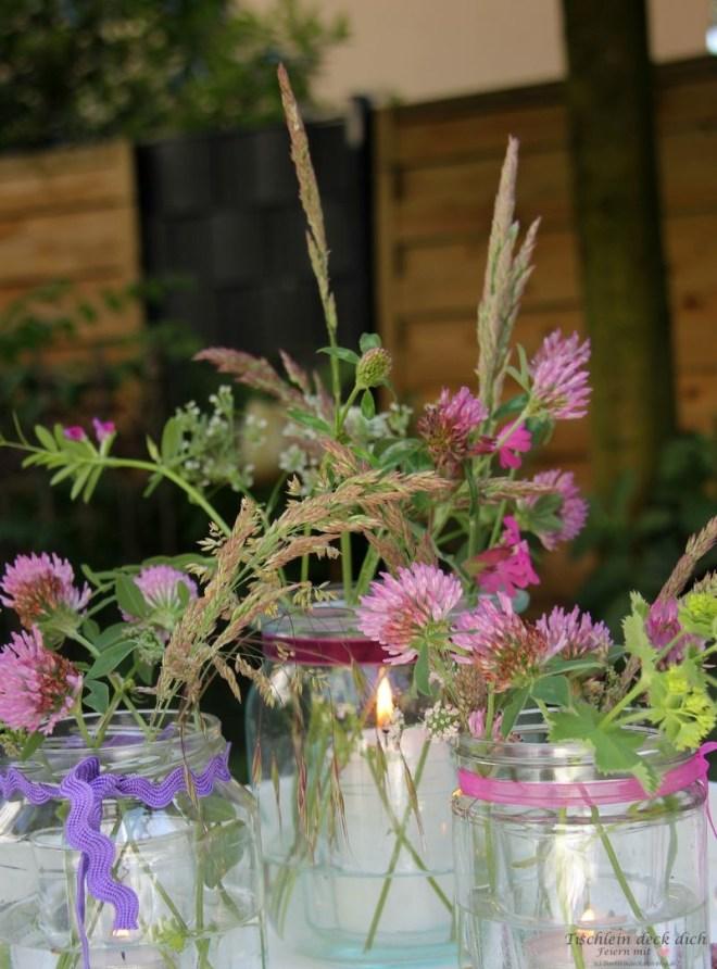 Romantisches Blumen-Kerzen Arrangement für den Garten