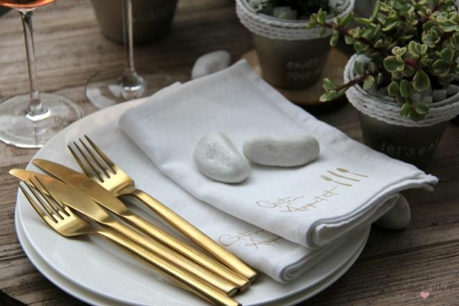 weiße Servietten und goldenes Besteck, eine edle Kombination