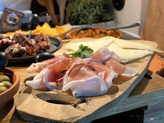 Serranoschinken und Manchego Käse für den Tapasabend für zwei im Wohnmobil