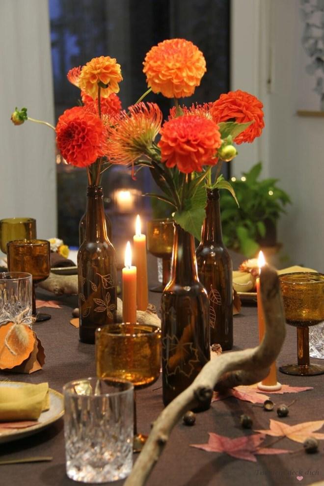 herbstliche Tischdeko in orange, braun, gelb und gold