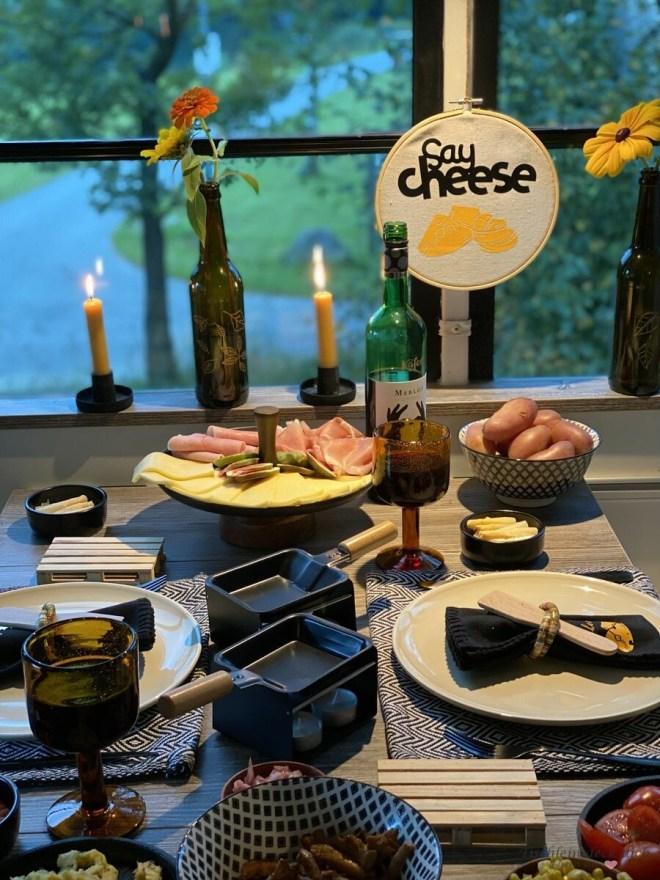 gemütlicher Raclette Abend im Wohnmobil