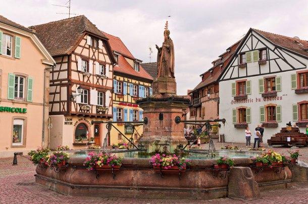 Il paesino dove vive Belle, ricorda l'architettura tipica dell'Alsazia, una regione situata a Nord-Est della Francia. Secondo Disney Wikia nel film si possono trovare citazioni riguardo questi luoghi, osservando ad esempio il design delle bottiglie di vino presenti in alcune scene.