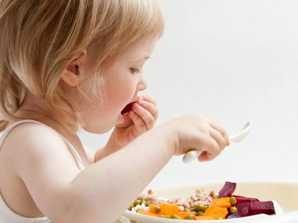Bambini, mangiare con le mani fa bene!