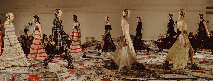 Alexander McQueen sorprende Parigi con pizzi e decori floreali dell'800