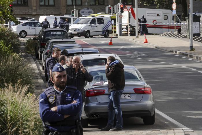 Un uomo armato ha preso in ostaggio alcune persone in un supermercato di Bruxelles: è stato arrestato
