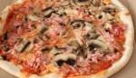 Pizza ai funghi e prosciutto cotto