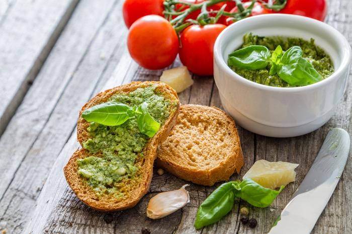 Bruschette con pesto e asparagi