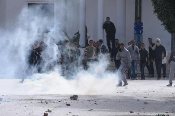 Jendouba: 5 policiers blessés et cas d'étouffement par Gaz Lacrymogène