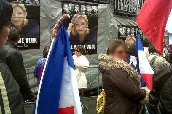 Une militante du Front National manifeste avec un saucisson