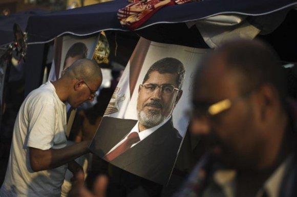 Des partisans du président déchu Mohamed Morsi ont participé à un rassemblement aux abords de la mosquée Rabaa al-Adawiya, dans le faubourg de Nasr City, lundi. PHOTO GIANLUIGI GUERCIA, AFP
