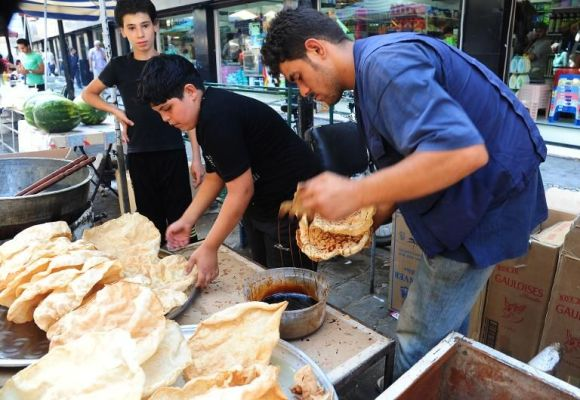 Des Syriens préparent des gâteaux traditionnels pour le ramadan, le 13 juillet 2013 à Damas - Photo de Louai Beshara - AFP © 2013 AFP