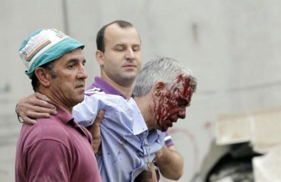 Le conducteur Francisco José Garzon Amo évacué après le déraillement du train à Saint-Jacques-de-Compostelle. Photo AFP