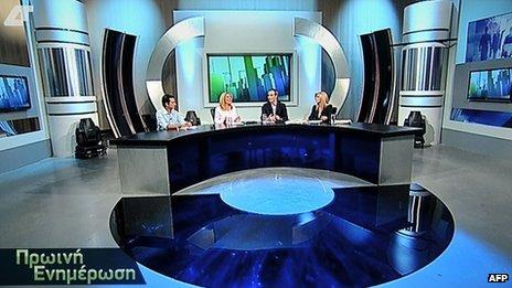 Deux journalistes de l'ERT se dirigea vers EDT pour son premier programme de nouvelles.