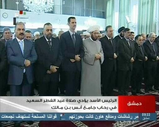 Le président syrien à la prière de l'Aid comme le montre la télé syrienne