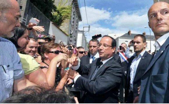 Arrivé à un des lieux de passage de F. Hollande à la Roche-sur-Yon, le 6 août dernier, Bernard Bulteau du RESF a été empêché de remettre une lettre au président, le mettant au courant de la situation des migrants en Vendée. FRANK PERRY / AFP - See more at: http://www.lecourrierdelatlas.com/538813082013Expulsions-estivales-de-migrants-en-Vendee.html#sthash.Mu7C967s.DBv4gsv3.dpuf