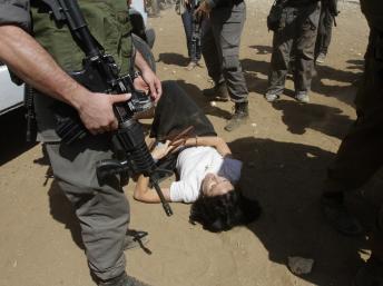 La diplomate français Marion Fesneau-Castaing aux pieds des soldats israéliens