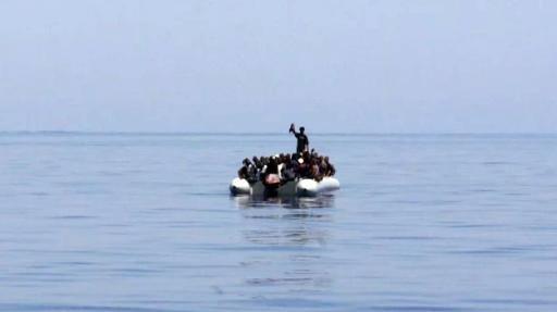 Les immigrants qui ont été secourus près de l'île méditerranéenne de Lampedusa, sur Août 8, 2013