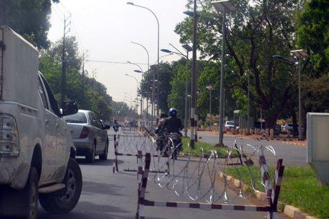 Mesures de sécurité dans le quartier des ambassades à Niamey le 4 juin 2013 (Photo Boureima Hama. AFP)
