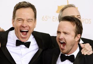 """Bryan Cranston et Aaron Paul célèbrent le prix de  meilleur série dramatique pour """"Breaking Bad"""" dans les coulisses de 2013 Emmy Awards."""