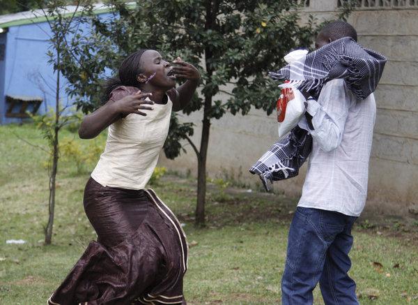 Ann Gakii, à gauche, réagit en dehors de la ville de Nairobi après avoir identifié le corps de son père.