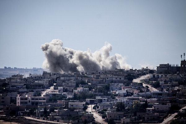 La fumée s'élève de bâtiments après une attaque aérienne.