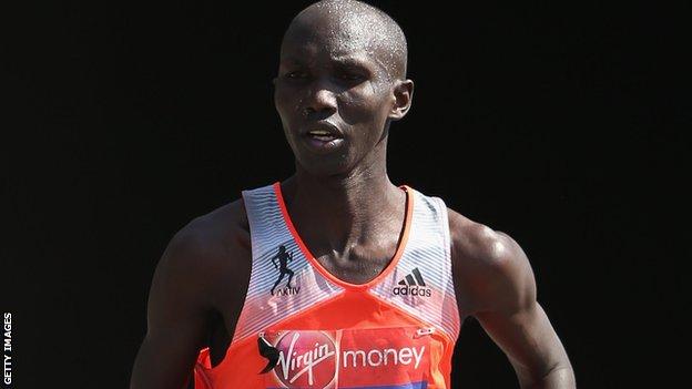 Wilson Kipsang établit un nouveau record du monde au marathon de Berlin.