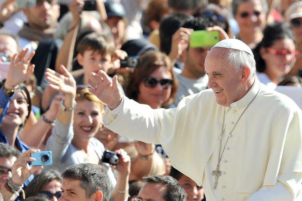 Pape Francis salue les fidèles sur la place Saint-Pierre au Vatican.