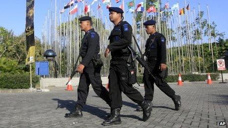Policiers lourdement armés patrouillaient au sud de Bali.