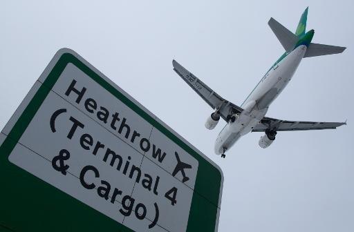 Un avion vole d'atterrir à l'aéroport d'Heathrow à l'ouest de Londres le 21 Janvier 2013