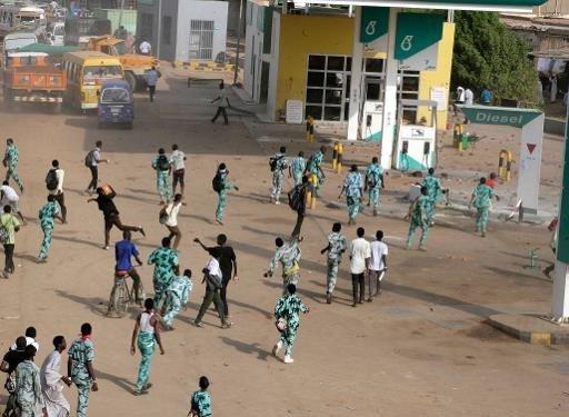 Manifestants soudanais jettent des pierres à une station d'essence dans la ville jumelle de Khartoum d'Omdurman le 25 Septembre 2013