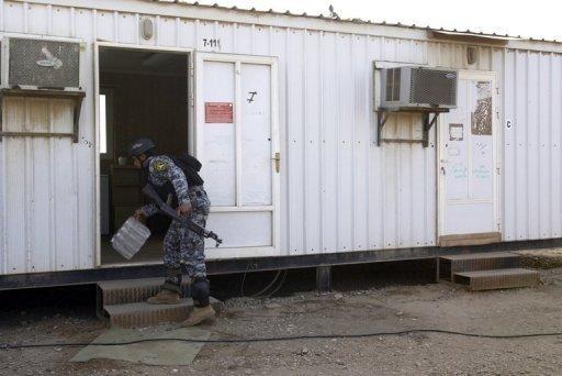 Un soldat irakien inspecte un camp temporaire pour les membres des Moudjahidine Organisation du peuple d'Iran (OMPI) - à proximité de l'aéroport international de Bagdad, le 17 Février 2012. L'Irak a ordonné exilés iraniens se déplacer d'un camp où 52 de ses membres ont été tués il ya une semaine «sans délai», selon un fonctionnaire du gouvernement et de l'ONU.