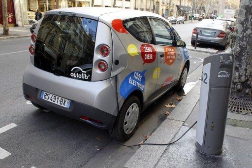 Une photo prise le 2 Décembre, salons 2011 une Autolib BlueCar électrique branché à une station de recharge Autolib à Paris.