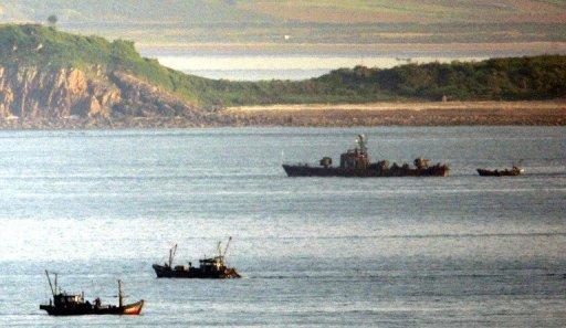 A coréen patrouilleur de la Marine du Nord est considérée parmi les bateaux de pêche à proximité de Yeonpyeong île dans les eaux contestées de la mer Jaune, le 31 mai 2009.