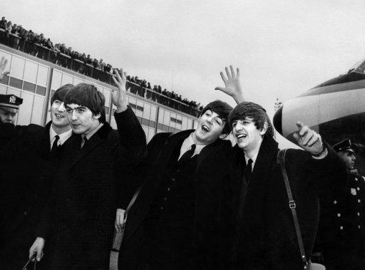 The Beatles - de gauche à droite, John Lennon, Ringo Starr, Paul McCartney et George Harrison - arrivent à l'aéroport John F. Kennedy à New York le 7 Février 1964.