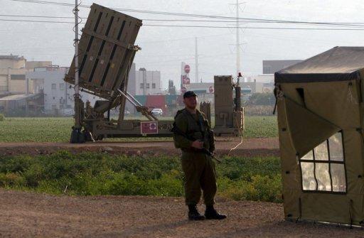 Un soldat israélien se trouve en face d'un système de défense antimissile