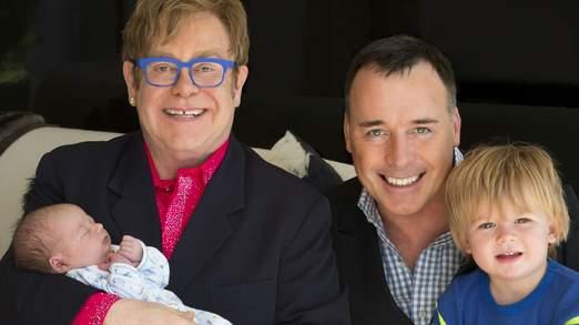 Sir Elton avec sa compagne et leurs deux fils.