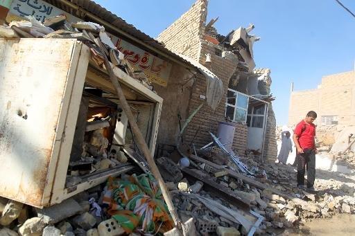 décombres de la mosquée Al-Hussein suite à une explosion dans le quartier d'al-Musayyib, au sud de Bagdad, le 30 Septembre, 2013.
