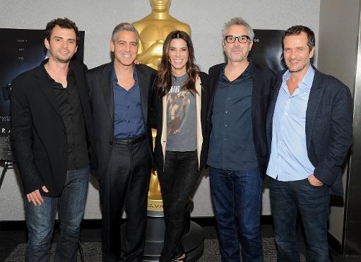 (De gauche à droite) Le scénariste Jonas Cuaron, George Clooney, Sandra Bullock, Alfonso Cuaron et David Heyman assistent à une projection officielle de