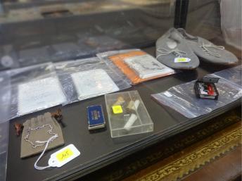 Chaussures, cassettes, des carnets et des mégots de cigarettes sont parmi les articles à la vente aux enchères