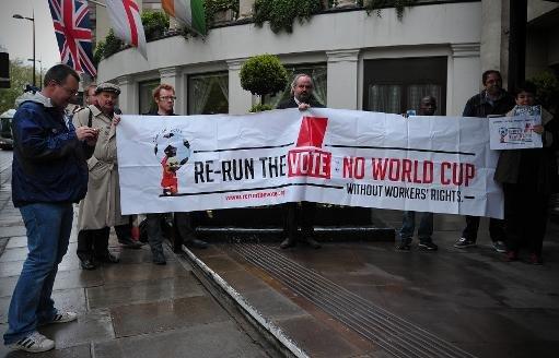 Les protestataires manifestent contre l'exploitation des travailleurs perçu au Qatar - qui sera l'hôte de la Coupe du Monde 2022 - lors d'un rassemblement à Londres, le 24 mai 2013.