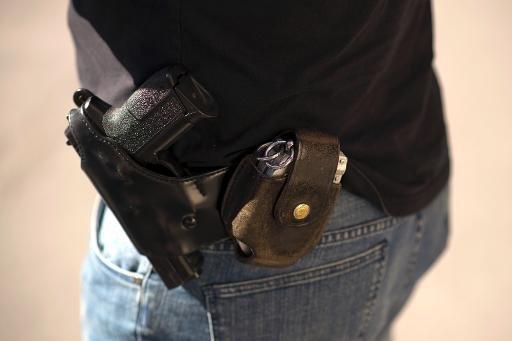 Un Pro pistolet et des menottes SIG-Sauer portés par un policier français en Persan, en dehors de Paris, le 5 Septembre 2013.