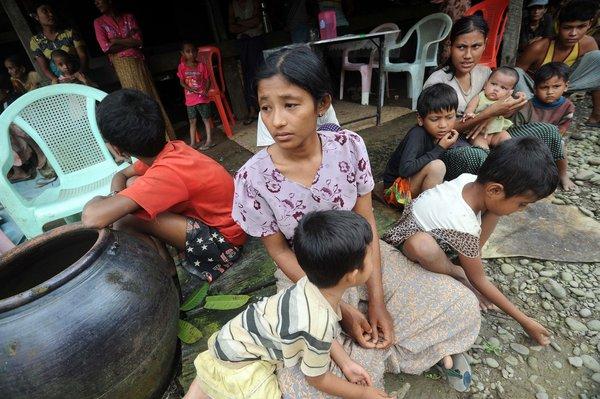 Les Résidents musulmans se réfugient dans une maison de Thabyu Chai près de Thandwe dans l'ouest du Myanmar.