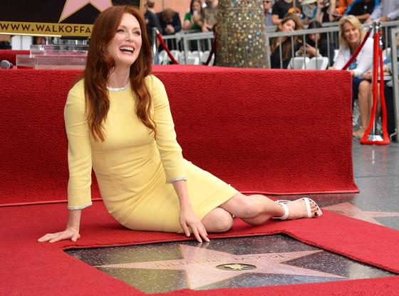 Julianne Moore pose au côté de son étoile sur le Hollywood Walk of Fame.