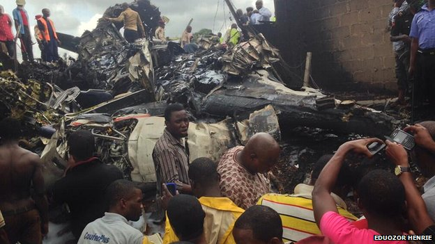 Les spectateurs se sont réunis autour de l'épave à l'aéroport de Lagos au Nigeria.