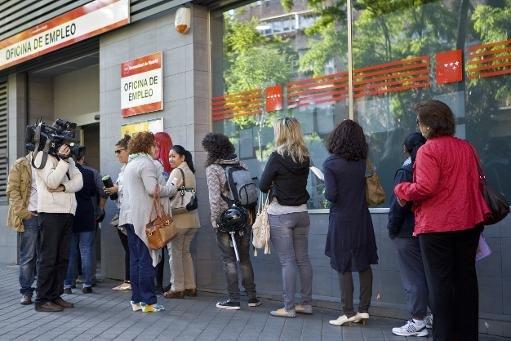 Demandeurs d'emploi espagnols attendent devant une agence pour l'emploi à Madrid, le 4 Juin 2013. Le taux de chômage en Espagne était de 26,2% en Juillet - le deuxième plus élevé dans la zone euro derrière la Grèce, où le taux de chômage est de 27,9%
