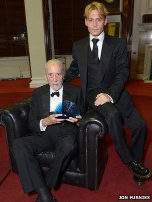 Sir Christopher a été submergé d'émotion lorsqu'il a reçu son prix des mains de Johnny Depp